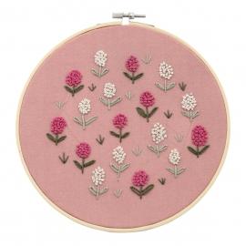 Zestaw do haftu płaskiego z tamborkiem - Kwiaty na różowym tle